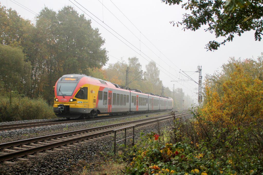429 048 verlässt das neblige Dutenhofen auf der Dillstrecke, aufgenommen am 27.10.2016.