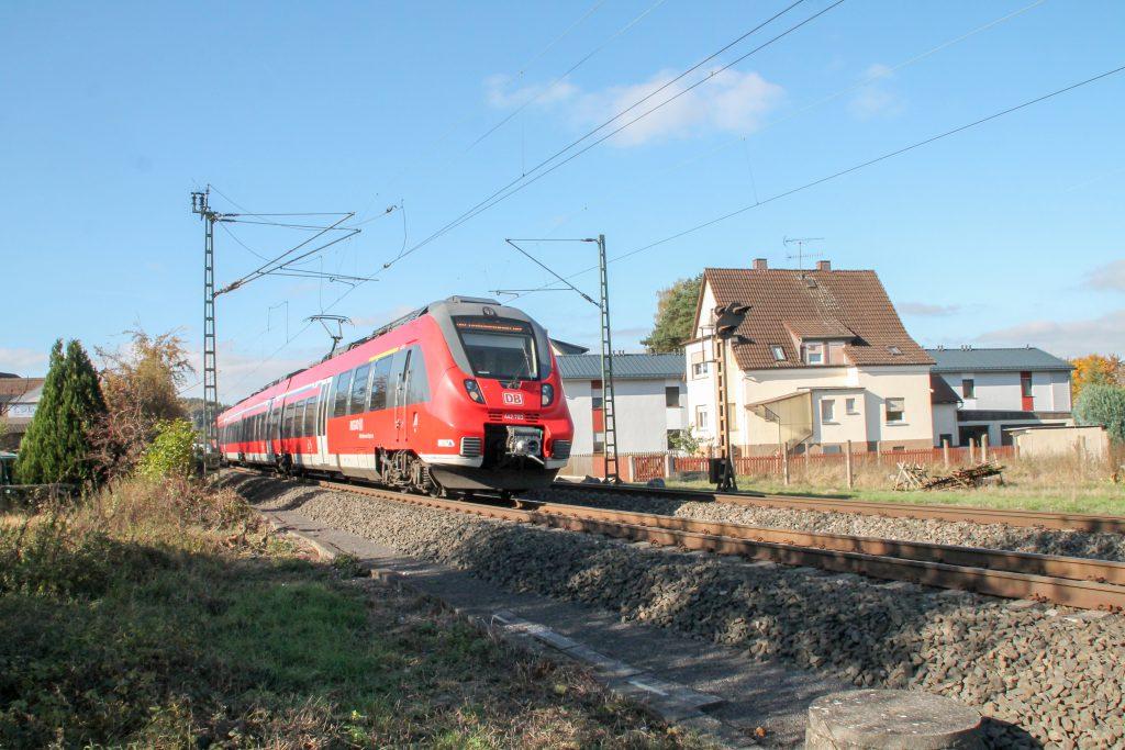442 383 verlässt den Bahnhof Dutenhofen auf der Dillstrecke, aufgenommen am 31.10.2016.