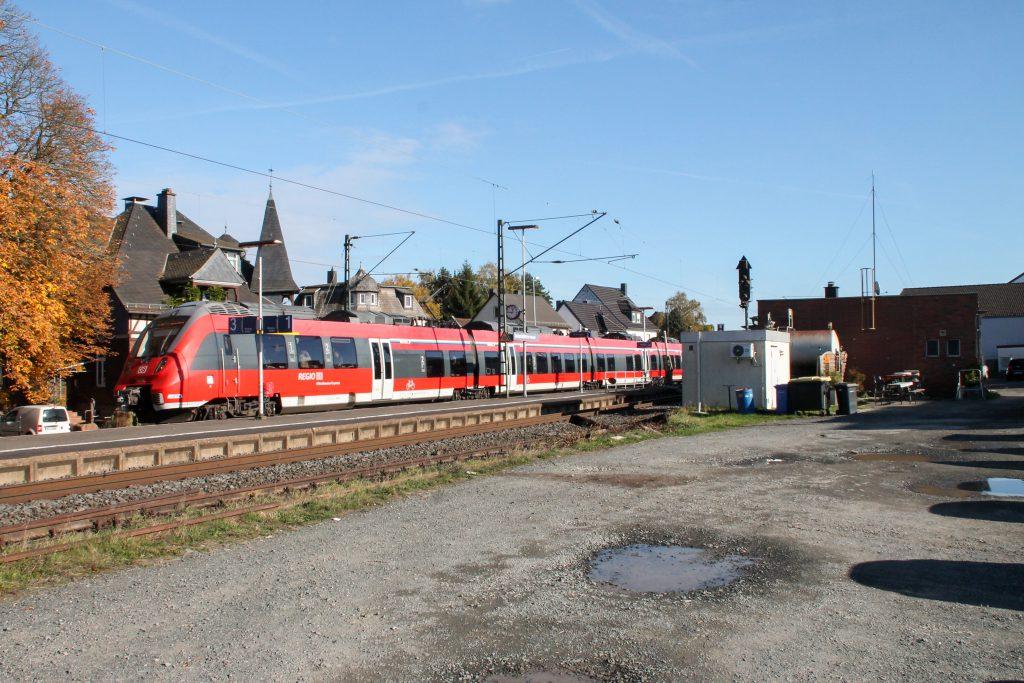Ein TALENT 2 fährt in den Bahnhof Dutenhofen auf der Dillstrecke ein, aufgenommen am 31.10.2016.