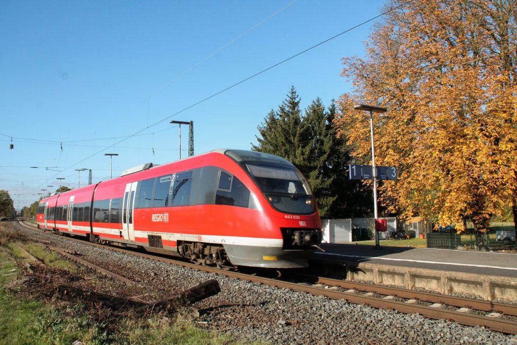 643 039 durchquert den Bahnhof Dutenhofen auf der Dillstrecke, aufgenommen am 31.10.2016.