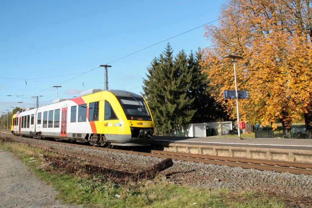 Ein LINT der HLB hält im Bahnhof Dutenhofen auf der Dillstrecke, aufgenommen am 31.10.2016.