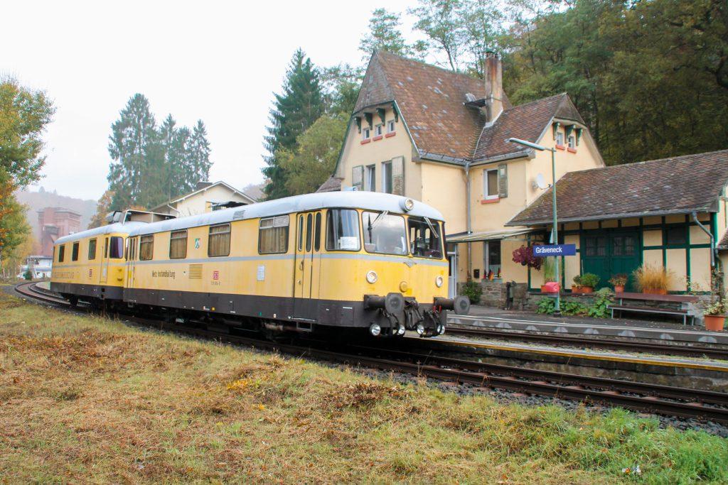 725 004 und 726 004 durchqueren Gräveneck auf der Lahntalbahn, aufgenommen am 29.10.2016.