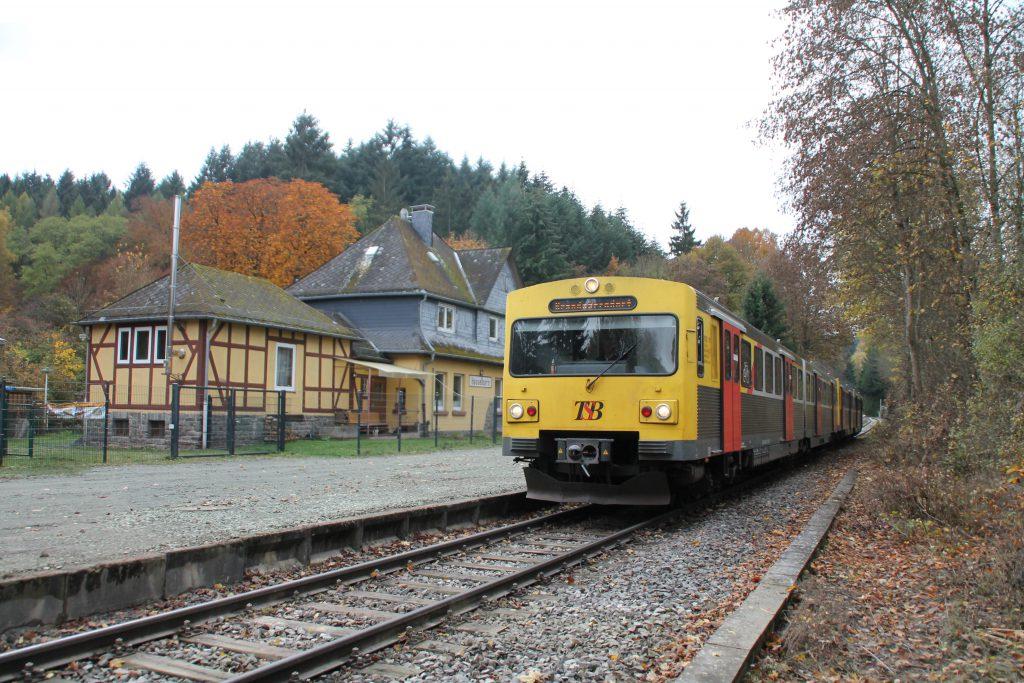 Zwei VT2E der HLB am ehemaligen Bahnhofsgebäude von Hasselborn auf der Taunusbahn, aufgenommen am 03.11.2016.