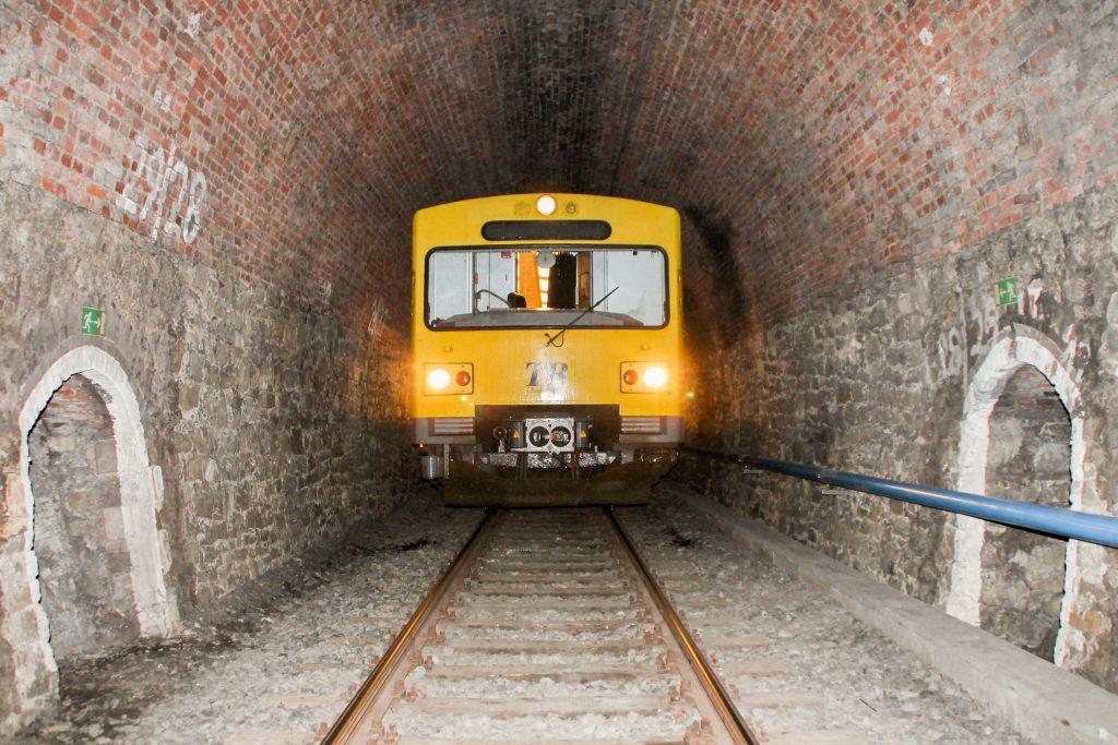 Ein VT2E der HLB im Hasselborner Tunnel auf der Taunusbahn, aufgenommen am 09.11.2016.