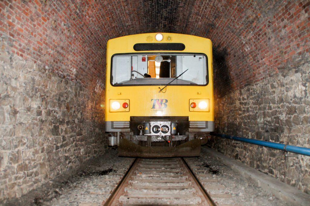 Ein VT2E der HLB ist im Hasselborner Tunnel auf der Taunusbahn, aufgenommen am 09.11.2016.