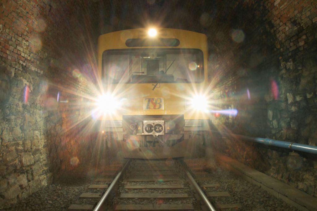 Eine Langzeitbelichtung eines VT2E der HLB im Hasselborner Tunnel auf der Taunusbahn, aufgenommen am 09.11.2016.