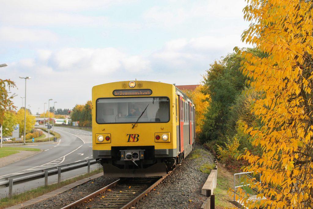 Zwei VT2E der HLB kurz vor dem Haltepunkt Hausen auf der Taunusbahn, aufgenommen am 27.10.2016.