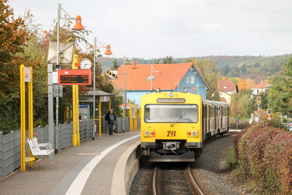 Zwei VT2E der HLB am Haltepunkt Hausen auf der Taunusbahn, aufgenommen am 27.10.2016.