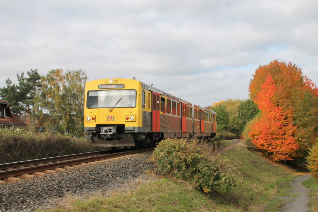 Ein VT2E der HLB am Bahndamm bei Hausen auf der Taunusbahn, aufgenommen am 27.10.2016.
