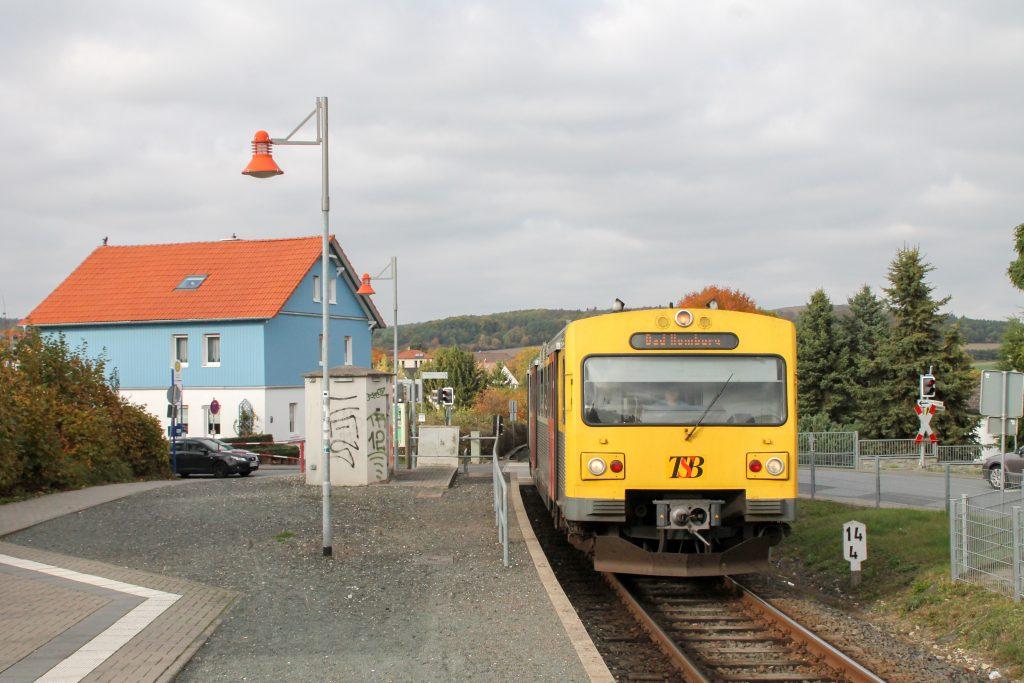 Ein VT2E der HLB erreicht den Haltepunkt Hausen auf der Taunusbahn, aufgenommen am 27.10.2016.