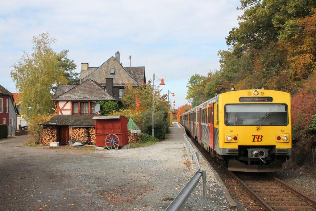 Drei VT2E der HLB am Haltepunkt Hundstadt auf der Taunusbahn, aufgenommen am 27.10.2016.