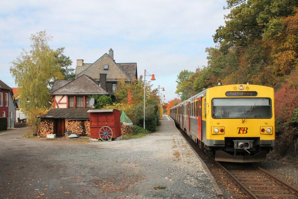 Drei VT2E der HLB am Haltepunkt Hundstadt auf der Taunusbahn, aufgenommen am 27.10.2016. (Bearbeitet)