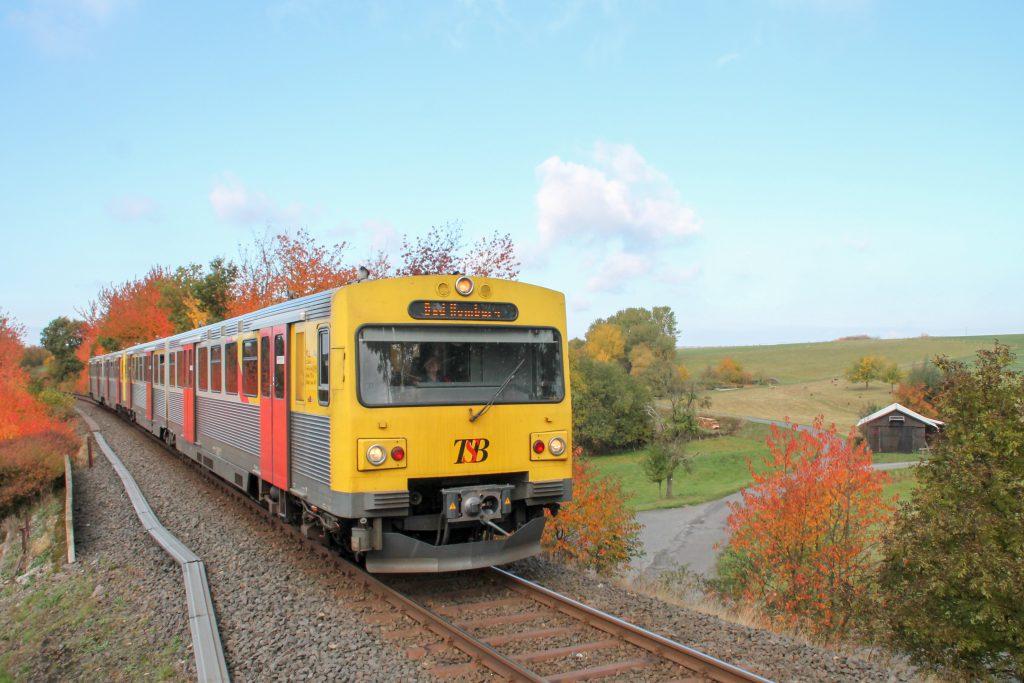 Zwei VT2E der HLB auf dem Bahndamm in Hundstadt auf der Taunusbahn, aufgenommen am 27.10.2016.