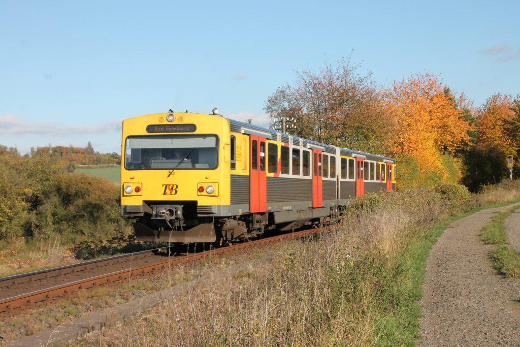 Ein VT2E der HLB bei Hundstadt auf der Taunusbahn, aufgenommen am 29.10.2016.
