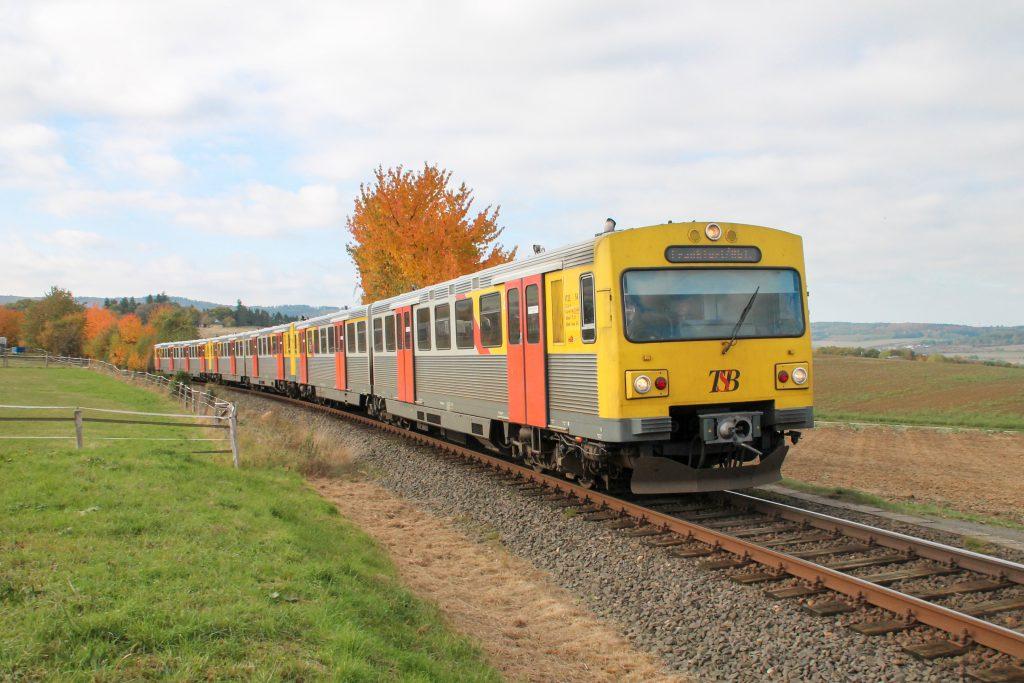 Drei VT2E der HLB an einem Pferdehof bei Neu Anspach auf der Taunusbahn, aufgenommen am 27.10.2016.