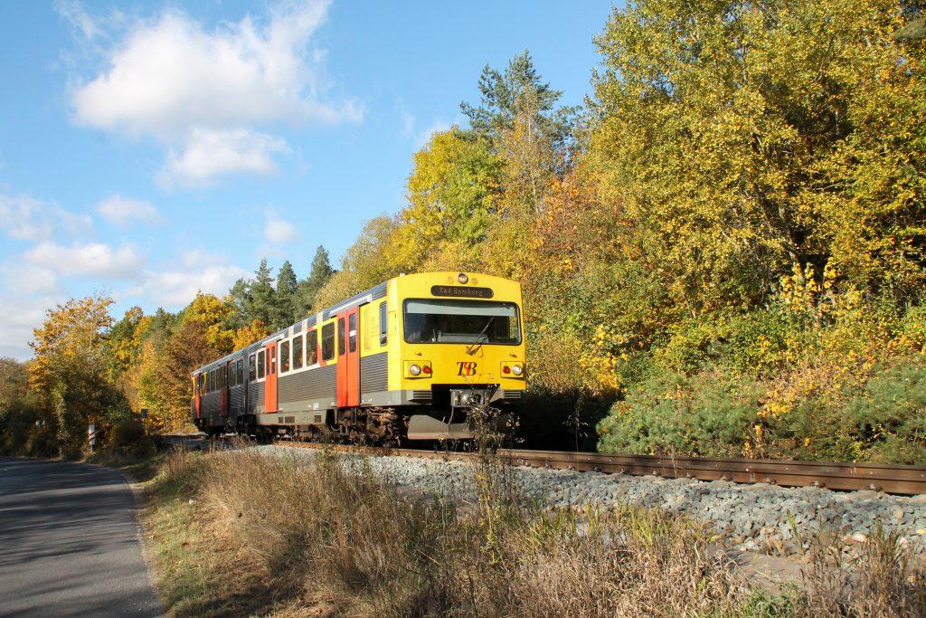 Ein VT2E der HLB verlässt den Bahnhof Saalburg auf der Taunusbahn, aufgenommen am 29.10.2016.