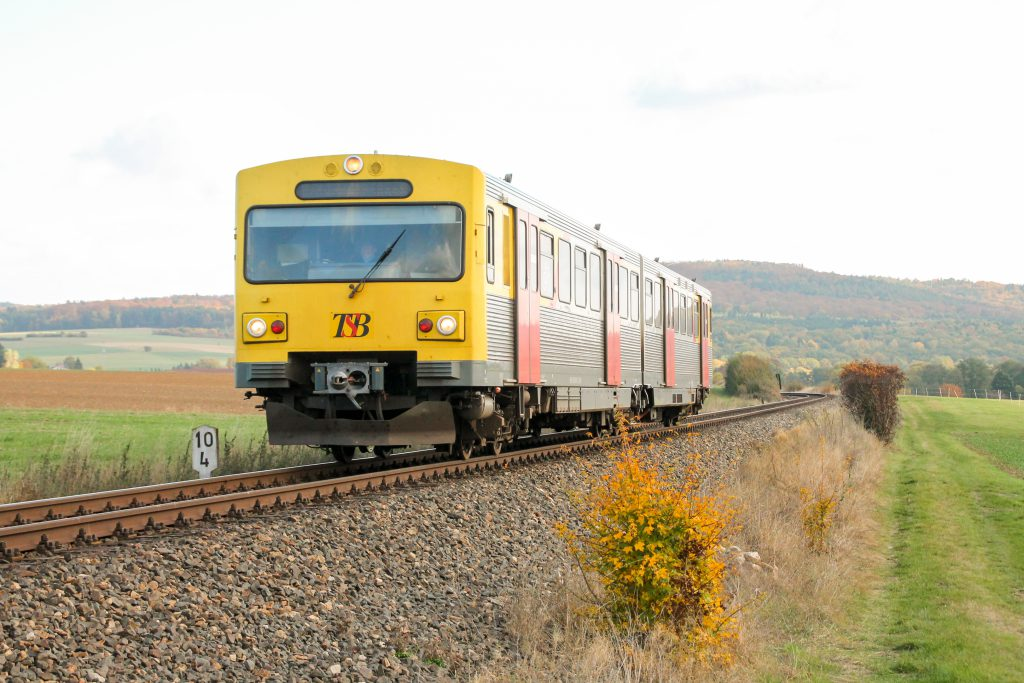 Ein VT2E der HLB bei Wehrheim auf der Taunusbahn, aufgenommen am 29.10.2016.
