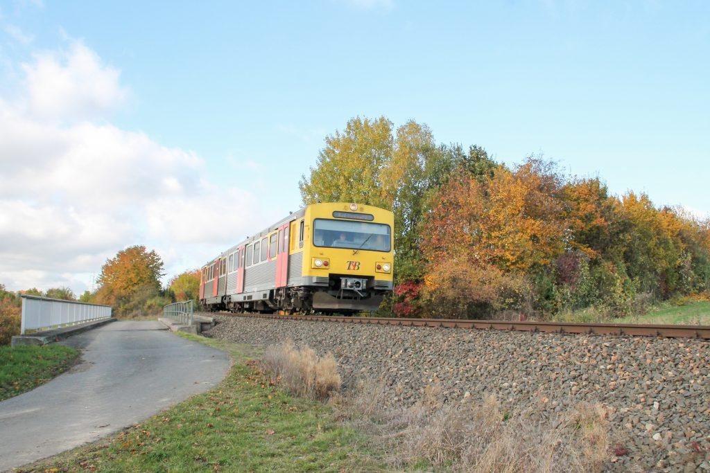 Ein VT2E der HLB auf einer Brücke bei Wehrheim auf der Taunusbahn, aufgenommen am 29.10.2016.