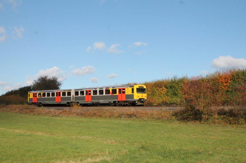 Ein VT2E der HLB verlässt Wehrheim auf der Taunusbahn, aufgenommen am 29.10.2016.