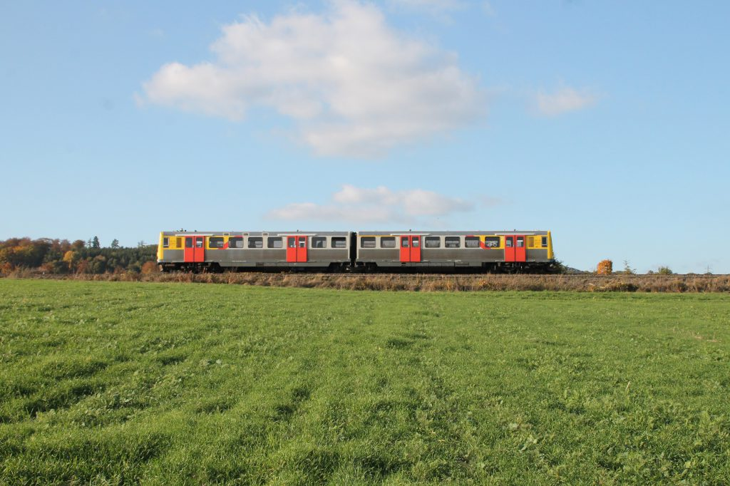 Ein VT2E der HLB im Feld bei Westerfeld auf der Taunusbahn, aufgenommen am 29.10.2016.