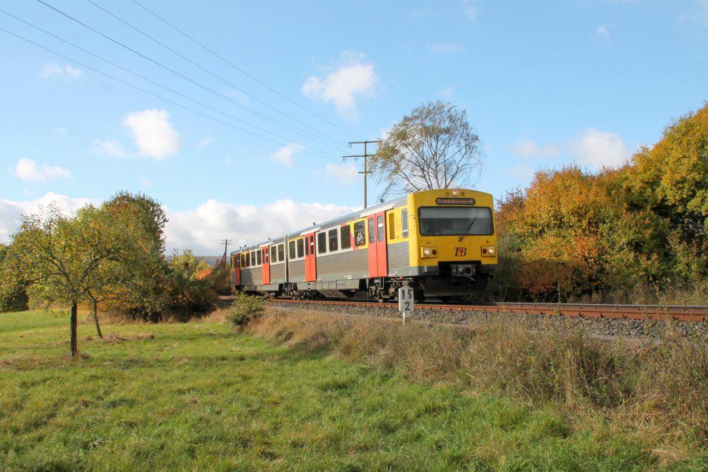 Ein VT2E der HLB an einer Obstwiese bei Westerfeld auf der Taunusbahn, aufgenommen am 29.10.2016.