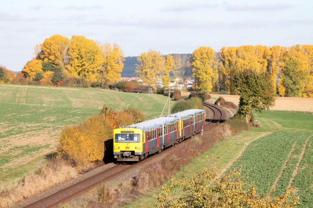 Zwei VT2E der HLB im Feld bei Westerfeld auf der Taunusbahn, aufgenommen am 29.10.2016.