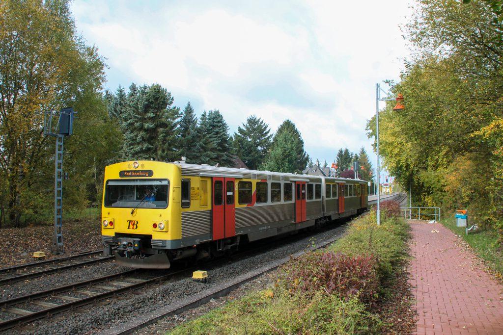 Ein VT2E der HLB verlässt den Bahnhof Wilhelmsdorf auf der Taunusbahn, aufgenommen am 29.10.2016.