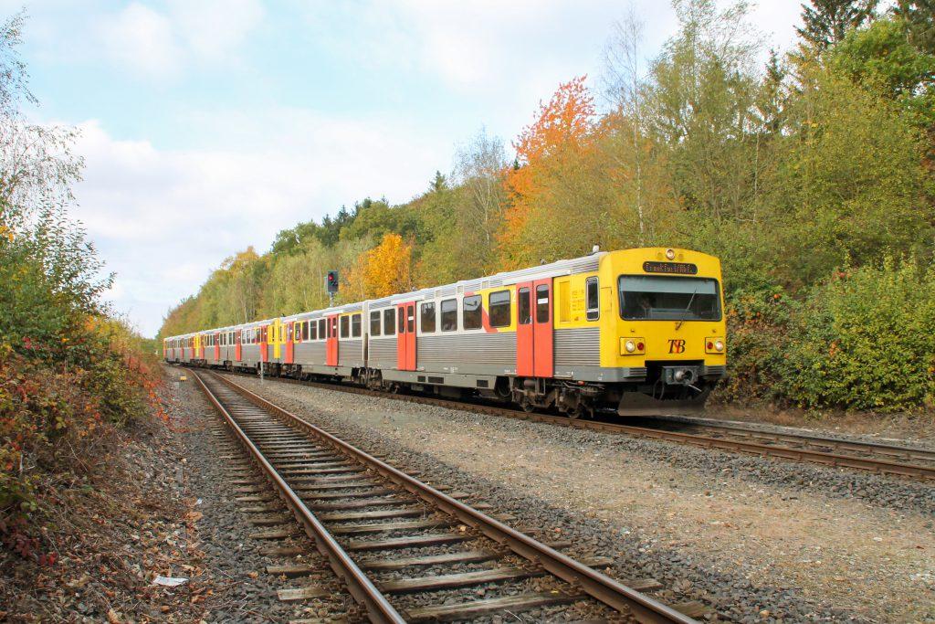 Drei VT2E der HLB fahren in den Bahnhof Wilhelmsdorf auf der Taunusbahn ein, aufgenommen am 27.10.2016.