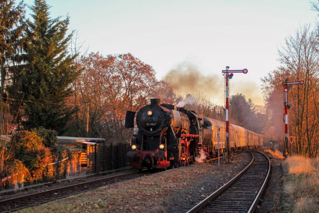 52 4867 an den Ausfahrsignalen in Wiesbaden-Igstadt auf der Ländchesbahn, aufgenommen am 03.12.2016.