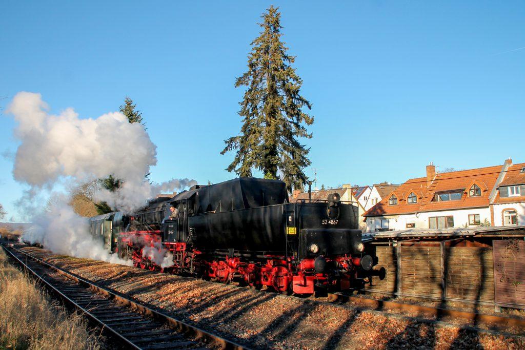 52 4867 bei der Ausfahrt in Wiesbaden-Igstadt auf der Ländchesbahn, aufgenommen am 03.12.2016.