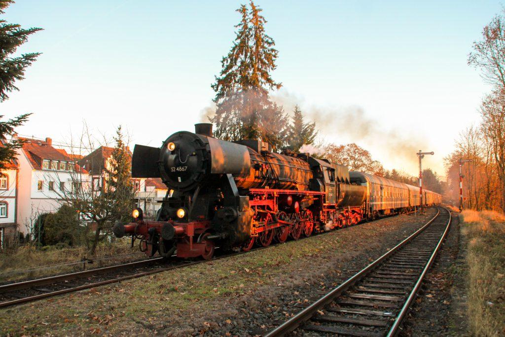 52 4867 fährt in den Bahnhof Wiesbaden-Igstadt auf der Ländchesbahn ein, aufgenommen am 03.12.2016.
