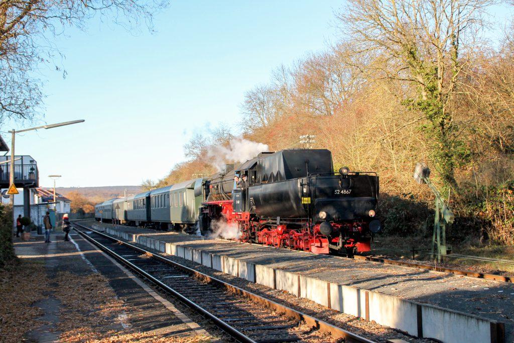 52 4867 am Bahnsteig in Wiesbaden-Igstadt auf der Ländchesbahn, aufgenommen am 03.12.2016.