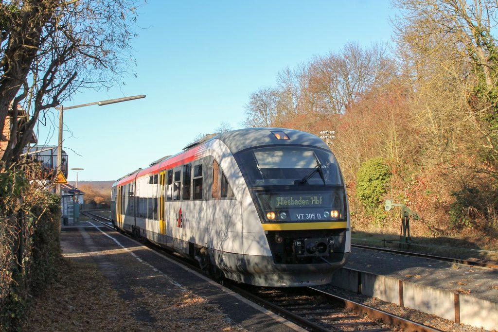 642 405 hält im Bahnhof Wiesbaden-Igstadt auf der Ländchesbahn, aufgenommen am 03.12.2016.