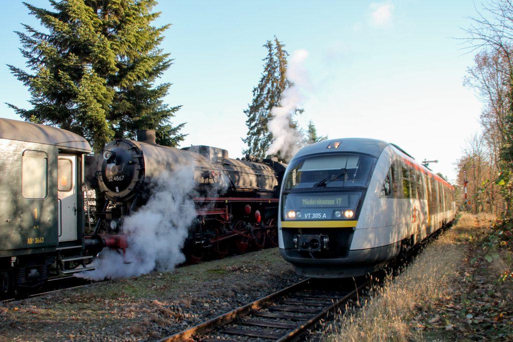 Zugkreuzung auf der Ländchesbahn in Wiesbaden-Igstadt zwischen 52 4867 und 642 405, aufgenommen am 03.12.2016.