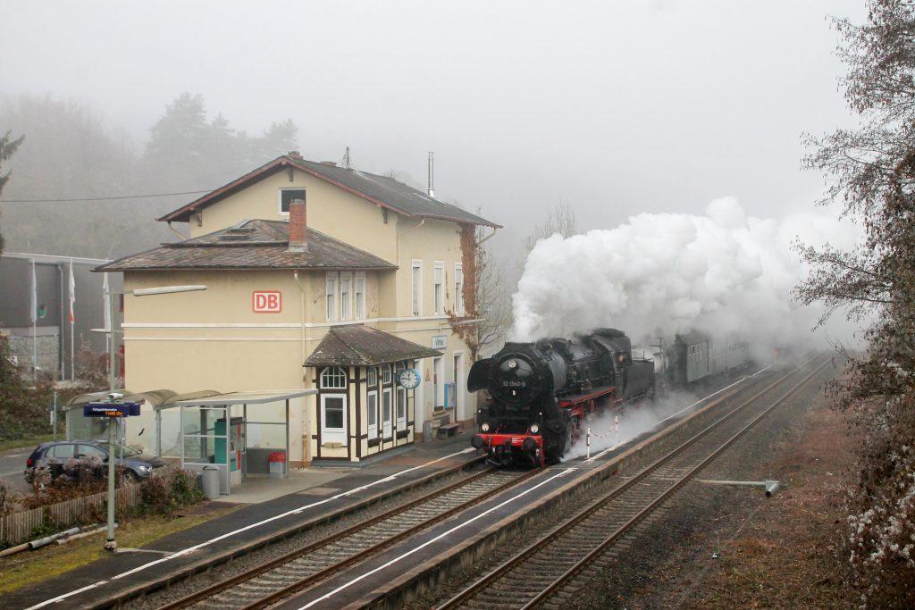 52 1360 durcheilt Villmar auf der Lahntalbahn, aufgenommen am 03.12.2016.