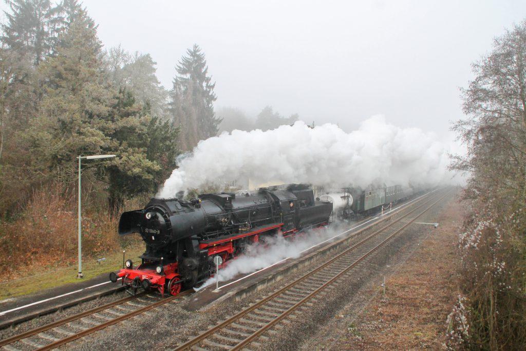 Mit einer großen Dampfwolke durcheilt 52 1360 Villmar auf der Lahntalbahn, aufgenommen am 03.12.2016.
