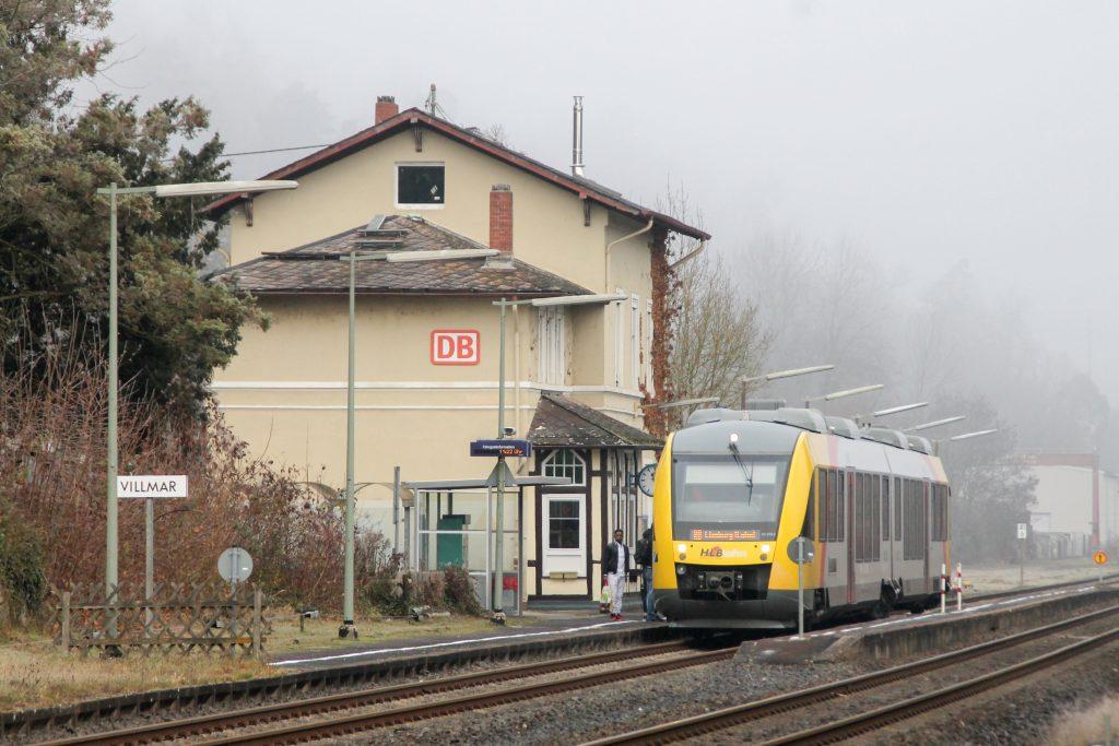 Ein LINT der HLB hält in Villmar auf der Lahntalbahn, aufgenommen am 03.12.2016.