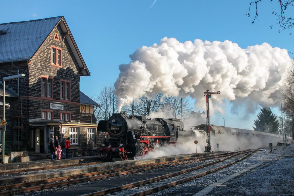 52 1360 vor dem Bahnhofsgebäude in Wilsenroth auf der Oberwesterwaldbahn, aufgenommen am 03.12.2016.