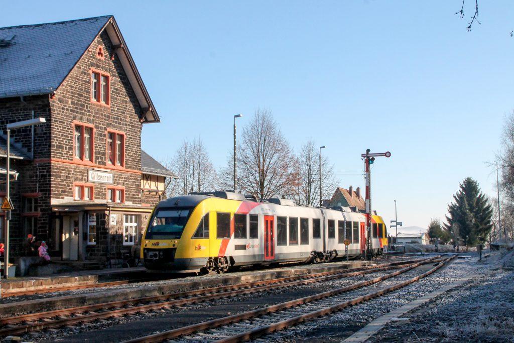 Ein LINT der HLB hält im Bahnhof Wilsenroth auf der Oberwesterwaldbahn, aufgenommen am 03.12.2016.