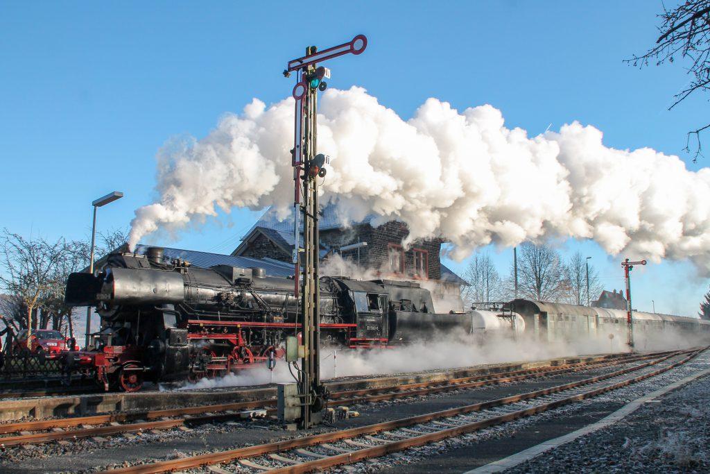 52 1360 durcheilt den Bahnhof Wilsenroth auf der Oberwesterwaldbahn, aufgenommen am 03.12.2016.