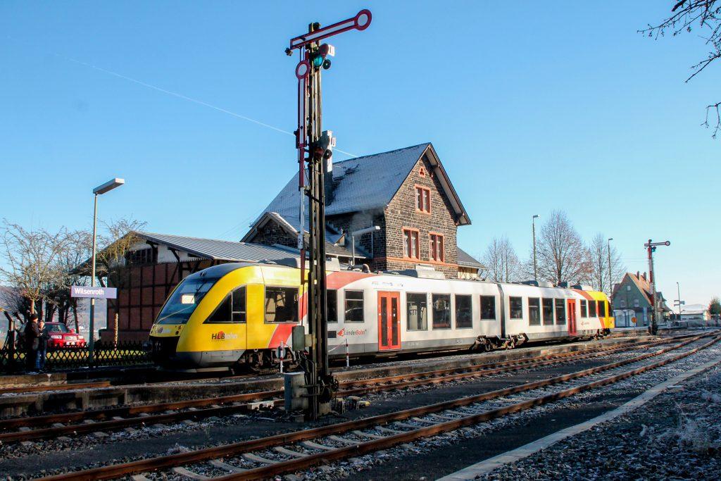 Ein LINT der HLB hält in Wilsenroth auf der Oberwesterwaldbahn, aufgenommen am 03.12.2016.
