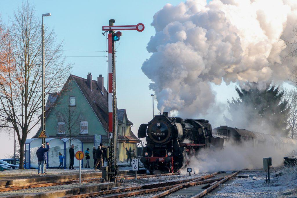 52 1360 bei der Einfahrt in den Bahnhof Wilsenroth auf der Oberwesterwaldbahn, aufgenommen am 03.12.2016.